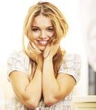 Het model glimlachen bij camera Stock Afbeeldingen