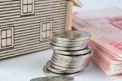 Het model, het muntstuk en de rekeningen van het huis Stock Foto's