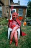 Het model kleedde zich als Duivel voor Halloween op Front Lawn, Illinois Royalty-vrije Stock Fotografie