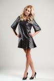 Het model komt op de loopbrug tijdens een modeshow Stock Afbeelding