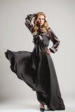 Het model komt op de loopbrug tijdens een modeshow Stock Fotografie