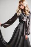 Het model komt op de loopbrug tijdens een modeshow Royalty-vrije Stock Foto
