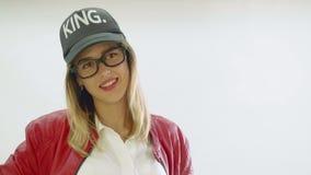 Het model met heldere rode lippen stelt aan fotograaf tijdens fotozitting stock footage