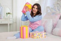 Het model met mooi Nieuwjaar stelt voor Stock Foto