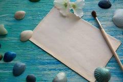 Het model op de achtergrond van overzeese shells als thema heeft, vakantie, brief, prentbriefkaar Stock Foto