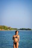 Het model stellen bij het strand Stock Foto's