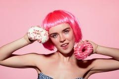 Het model stellen met verglaasde doughnuts Stock Afbeelding