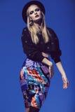 Het model stellen in multi gestreepte rok en zwarte bovenkant royalty-vrije stock afbeeldingen