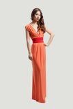 Het model stellen in oranje kleding Royalty-vrije Stock Foto's