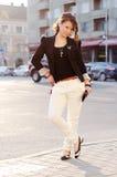 Het model stellen van de glamour in de stad Stock Foto's