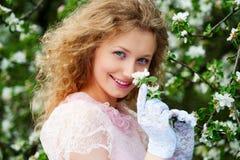 Het model stellen van Smiley in witte bloemen Royalty-vrije Stock Foto