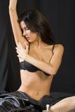 Het model stellen in zwarte lingerie Stock Fotografie