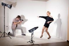 Het model stelt voor fotograaf in fotostudio Royalty-vrije Stock Foto