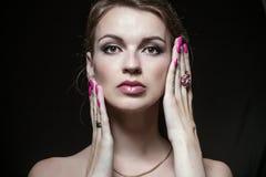 Het model toont samenstelling en manicure aan Royalty-vrije Stock Afbeeldingen