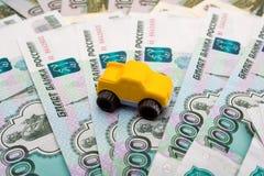 Het model van de auto op de achtergrond van roebels Royalty-vrije Stock Afbeelding
