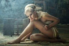 Het model van de blonde in een uitstekend binnenland Royalty-vrije Stock Afbeeldingen