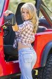 Het Model van de blonde met Auto royalty-vrije stock afbeelding