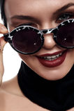 Het Model van de manierschoonheid houdt Vingerszonnebril Royalty-vrije Stock Foto