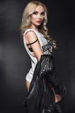 Het model van de maniervrouw in leerjasje in studio Royalty-vrije Stock Foto's