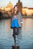 Het model van de maniervrouw met lange benen die in de stad stellen Stock Afbeelding
