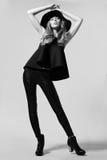 Het model van de maniervrouw in zwarte kleding Stock Fotografie