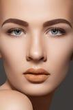 Het model van de schoonheid met natuurlijke wenkbrauwen & de lippen maken op Stock Afbeeldingen