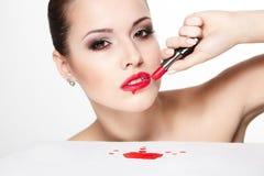 Het model van de vrouw met aantrekkingskracht rode lippen Stock Fotografie