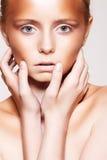 Het model van de vrouw met manier bronzer plastic samenstelling Stock Afbeeldingen