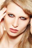 Het model van de vrouw met schone huid, elegante maniersamenstelling Royalty-vrije Stock Afbeeldingen