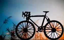 Het model van de wegfiets met zonsondergangachtergrond Stock Foto's