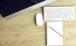 Het model van de werkruimtepresentatie, bureaucomputer en bureau supp royalty-vrije stock afbeeldingen