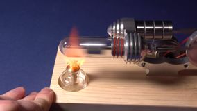 Het model van een motor die op basis van thermische uitbreiding werken Experimenten met het motormodel stock video