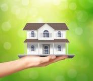 Het model van het holdingshuis, leningsconcept Stock Foto