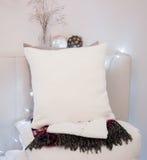 Het Model van het hoofdkussengeval Wit hoofdkussen op bed in comfortabele slaapkamer Stock Foto