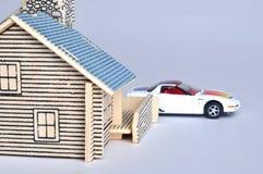 Het model van het huis en autostuk speelgoed Stock Afbeeldingen