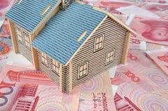 Het model van het huis met geld stock fotografie