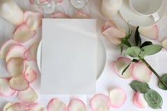 Het model van het huwelijksmenu met Roze en bloemblaadjes Royalty-vrije Stock Afbeelding