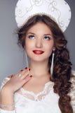 Het model van het maniermeisje in exclusieve ontwerpkleren op manieren oud-SL Stock Fotografie
