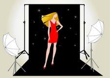 Het model van het meisje in rood op de fotospruit Stock Foto's