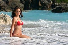 Het model van het zwempak in rode bikini Royalty-vrije Stock Foto