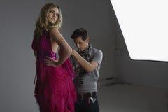 Het Model van ontwerperadjusting dress on Stock Foto