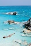 Het model zon looien in oceaan Stock Fotografie