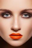 Het modelgezicht van de close-up met maniersamenstelling, lipgloss Stock Afbeelding