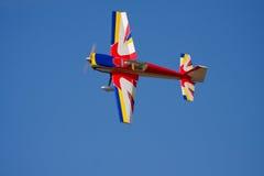 Het modelstuntvliegtuig spinnen Stock Foto