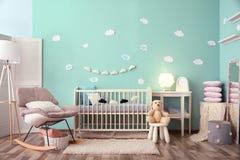 Het moderne binnenland van de babyruimte met voederbak stock foto