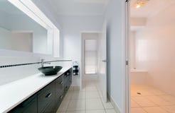 Het moderne Binnenland van de Badkamers Stock Afbeeldingen