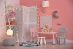 Het moderne binnenland van de kindruimte met speelgoed stock foto's