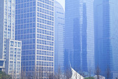 Het Moderne bureau architectur bij de blauwe achtergronden van de glasmuur Stock Afbeelding