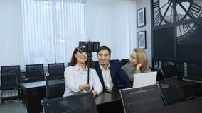 Het moderne bureauleven, bedrijfsconcept Het succesvolle commerciële team neemt selfie foto na vergadering, maakt de Groep Zelfpo stock video