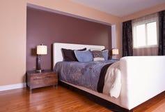 Het moderne eigentijdse binnenlandse ontwerp van de flatslaapkamer na bamb Stock Foto's